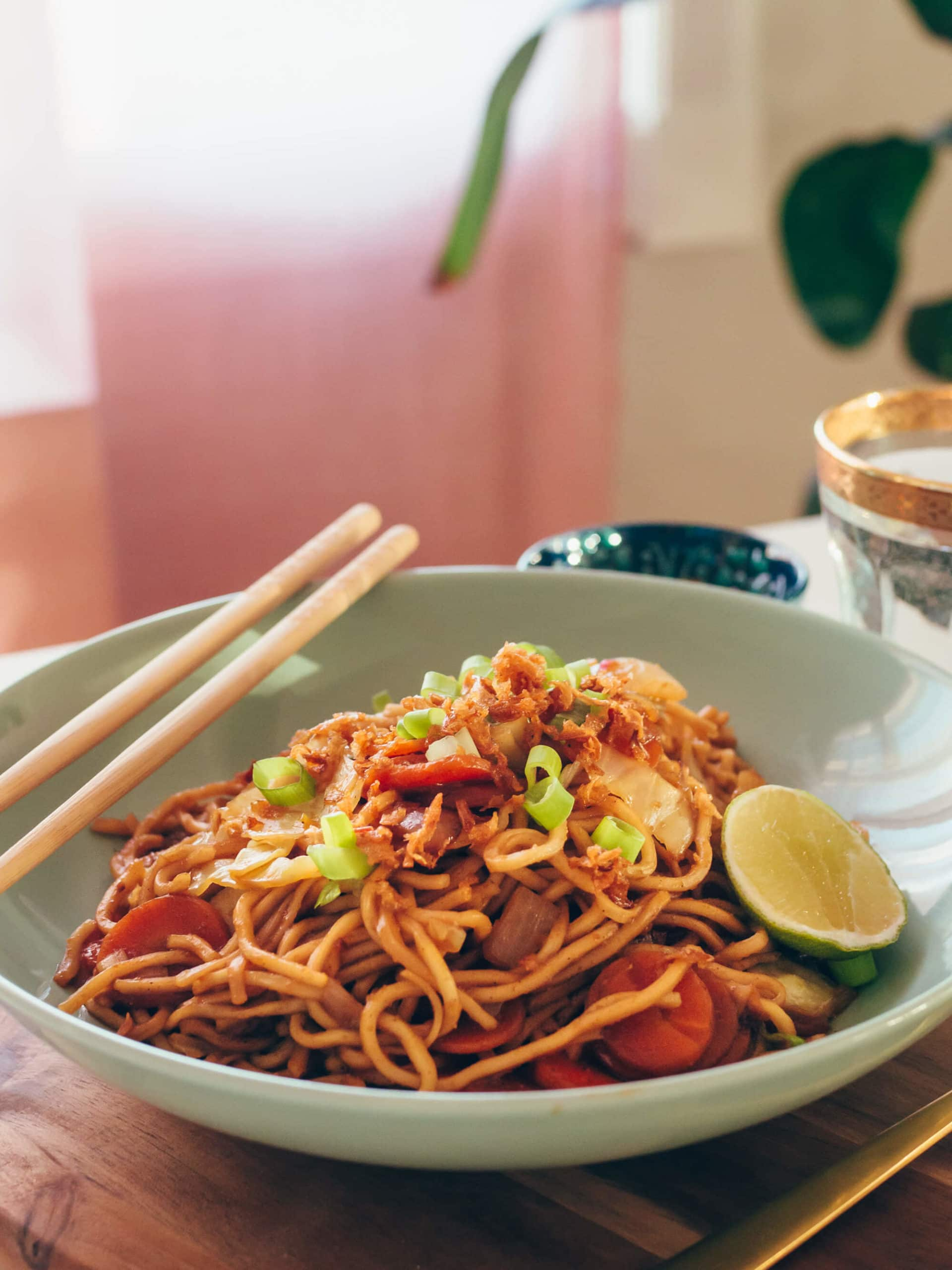 Click through for a quick and easy Indonesian fried noodle recipe (Mie Goreng)