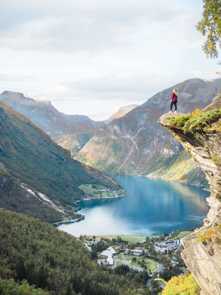 Best places to see and things to do in Norway - The stunning Flydalsjuvet viewpoint in Geiranger #bucketlist #travelinspo #norway #geiranger